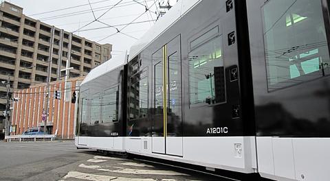 札幌市電の新型低床車両「A1200形」を見てみる